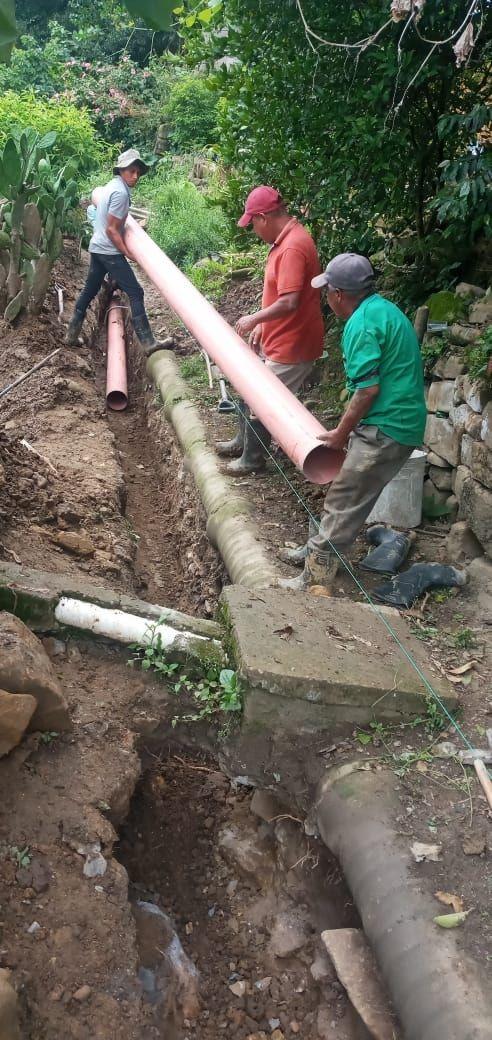 Rehabilitan de línea de sistema de red de drenaje sanitario