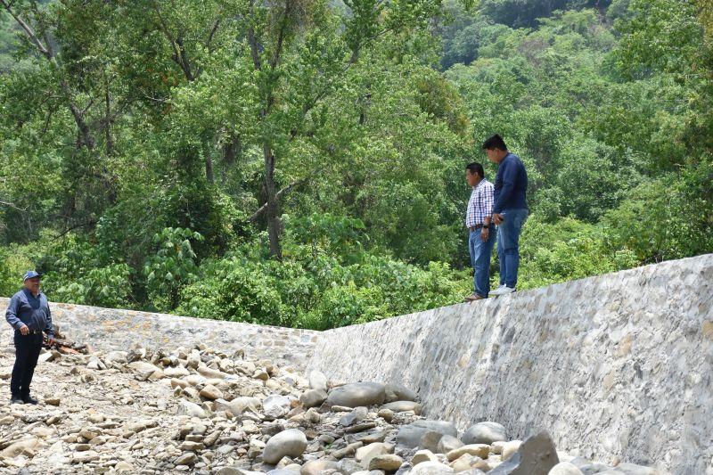 Supervisa alcalde construcción de muro de contención en Tlaltecatla
